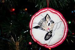 Handgjord broderad julprydnad av en Kitty Cat på en julgran fotografering för bildbyråer
