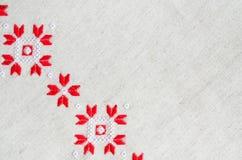 Handgjord broderi för beståndsdel på lin vid röda och vita bomullstrådar Bakgrund med broderi Arkivfoton
