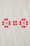 Handgjord broderi för beståndsdel på lin vid röda och vita bomullstrådar Bakgrund med broderi Royaltyfria Bilder