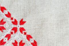 Handgjord broderi för beståndsdel på lin vid röda och vita bomullstrådar Bakgrund med broderi Royaltyfria Foton