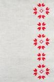 Handgjord broderi för beståndsdel på lin vid röda och vita bomullstrådar Bakgrund med broderi Royaltyfri Fotografi