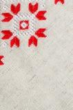 Handgjord broderi för beståndsdel på linne vid röda och vita bomullstrådar Bakgrund med broderi Royaltyfria Bilder