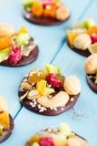 Handgjord choklad med kanderad frukt och muttrar Royaltyfri Foto