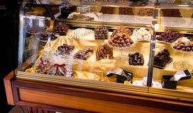 Handgjord chokladmonter i en europeisk konfekt, selektiv fokus royaltyfri bild