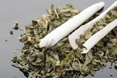 Handgjord cigarett på grå bakgrund Royaltyfri Fotografi