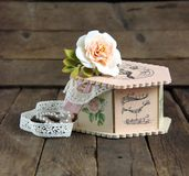Handgjord decoupage för rosa casket Arkivbild