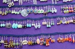Handgjord dekorativ ganska örhängesmyckensell Royaltyfri Fotografi
