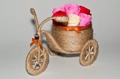 Handgjord dekorativ trehjuling Arkivfoto