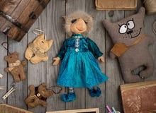 Handgjord docka i en blå klänning och handgjorda leksaker Royaltyfria Foton