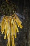 Handgjord dreamcatcher på träbakgrund arkivbilder