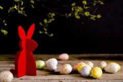 Handgjord easter kanin och easter ägg på trätabellen Arkivbilder
