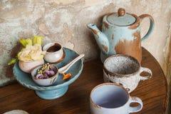 Handgjord för tekanna och keramisk porslinuppsättning för koppar royaltyfri bild