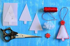 Handgjord filtjulgran, pappers- mall, filtdetaljer, tråd, visare, stift, sax på en träbakgrund Fotografering för Bildbyråer