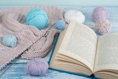 Handgjord gåva för sakkunnig som moder, faderdag, valentindagen eller vintertid, hög av bollen av ull som sticker färgrikt Arkivfoton