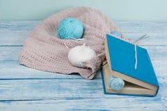 Handgjord gåva för special dag som mors dag, faderdag, valentindagen eller vintertid, hög av bollen av ull som ska stickas Arkivfoto