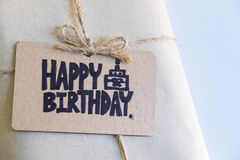 Handgjord gåva med kortet för lycklig födelsedag, berömcongratulati arkivbild