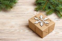 Handgjord gåvaask för jul som dekoreras med den pappers- och vita snöflingan för hantverk på bästa sikt för vit träbakgrund Vinte royaltyfri foto