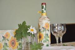 Handgjord garnering på en flaska av vin Royaltyfria Bilder