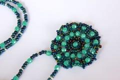 Handgjord gräsplan pryder med pärlor halsbandet Fotografering för Bildbyråer