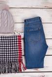 Handgjord hatt, halsduk och jeans Fotografering för Bildbyråer