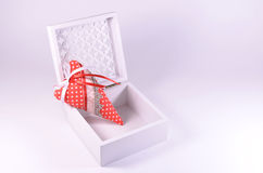 Handgjord hjärta i en vit openwork casket Arkivfoto