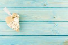 handgjord hjärta på en blå träbakgrund royaltyfria bilder