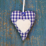 Handgjord hjärtaform mot blå träyttersida. fotografering för bildbyråer