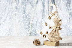 Handgjord julgran som göras av trä Arkivfoto