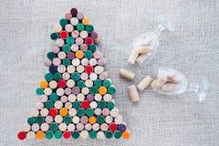 Handgjord julgran som göras från vinkork och två exponeringsglas Royaltyfri Foto