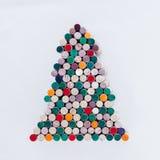 Handgjord julgran som göras från vinkork på vit bakgrund Royaltyfria Bilder