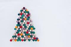 Handgjord julgran som göras från vinkork på vit bakgrund med fritt utrymme Arkivfoton