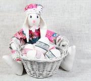 Handgjord kanin för påsk med ägg i korg Arkivbilder