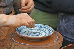 Handgjord keramik Ett hjul för keramiker` s, en hand för keramiker` s på arbete på Fotografering för Bildbyråer