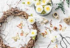 Handgjord krans för vinranka för hemmiljögarnering med pappers- blommor och fjärilar på en ljus bakgrund, bästa sikt Lekmanna- lä arkivbild