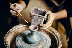 Handgjord krukmakeri f?r manm?lning p? det keramiska seminariet fotografering för bildbyråer