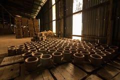 Handgjord krukmakeri i Thailand Arkivbilder