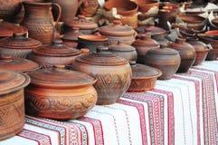 Handgjord krukmakeri Traditionella keramiska tillbringare Handgjord keramisk krukmakeri med keramiska krukor och Clay Plates Royaltyfri Foto