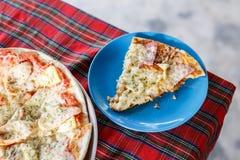 Handgjord läcker pizza Royaltyfria Foton