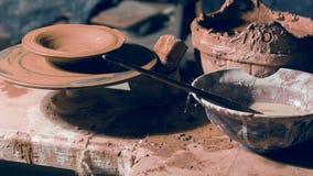 Handgjord lerabunke som roterar på att sparka hjulet stock video
