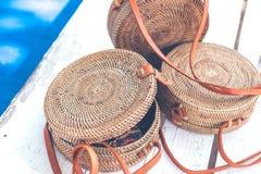 Handgjord naturlig organisk rottinghandväska Tropisk ö av Bali Eco-påse begrepp Ecobags från Bali arkivfoto