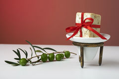 Handgjord olivgrön tvål med den olivgröna filialen och en handduk, som en gåva. Royaltyfri Fotografi