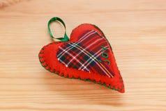 Handgjord röd pläd hjärta-formad festlig prydnad Arkivfoto
