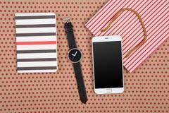 handgjord randig shoppingpåse, gåvapåsar, notepads, klocka och wh arkivbild