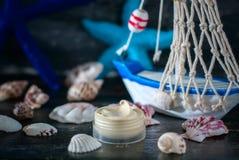 Handgjord skönhetsmedelkräm och skepp med skal Spa inställning på trätabellbakgrund Fotografering för Bildbyråer