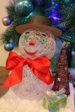 Handgjord snögubbegåva och julgran Royaltyfri Fotografi