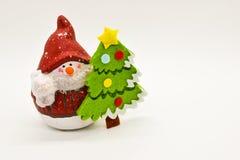 Handgjord snögubbestatyett som isoleras på vit bakgrund julen dekorerar nya home idéer för garnering till royaltyfria foton