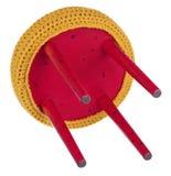 Handgjord stol som är röd i svarta modeller Rund plats i gul woole Royaltyfri Bild
