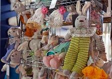Handgjord stucken leksaker på lagerräknaren royaltyfri bild
