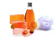 Handgjord tvål, dusch stelnar flaskan och den mjuka den badpuffen eller svampen Arkivbilder