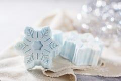 Handgjord tvål i form av snöflingor, naturligt skönhetsmedelbegrepp placera text Arkivbild